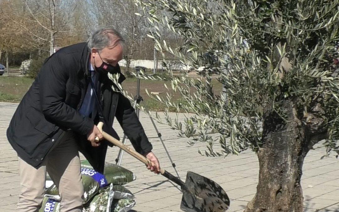 El rector de la UVa continúa tomando el pulso de la actividad universitaria con una nueva visita al Campus de Palencia